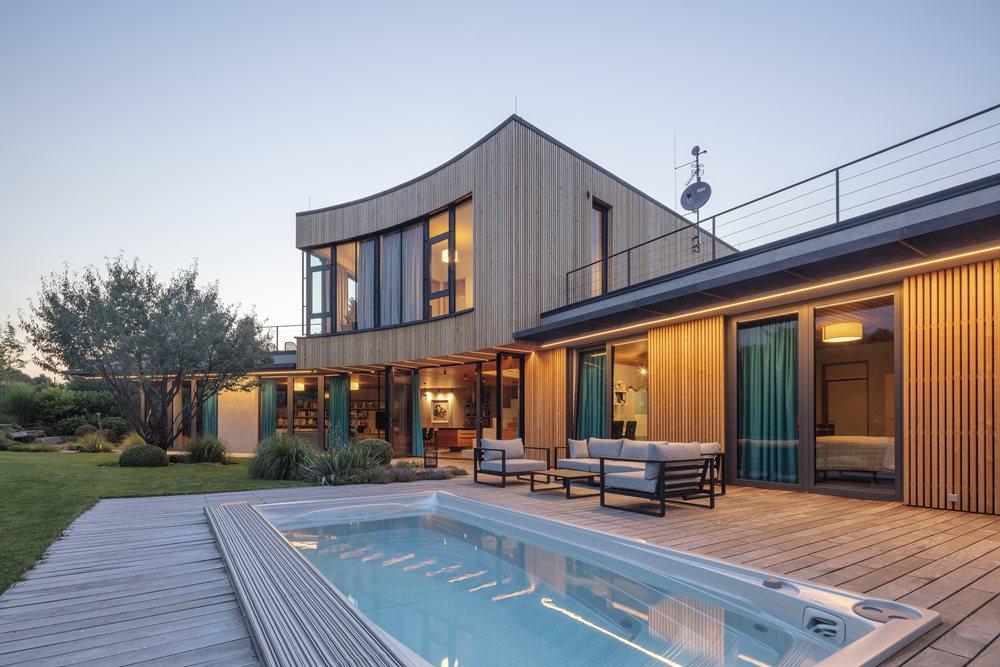 Home Spa Projekt Einfamilien Haus mit eingebautem Swim Spa XL mit elektrischer ACS Abdeckung
