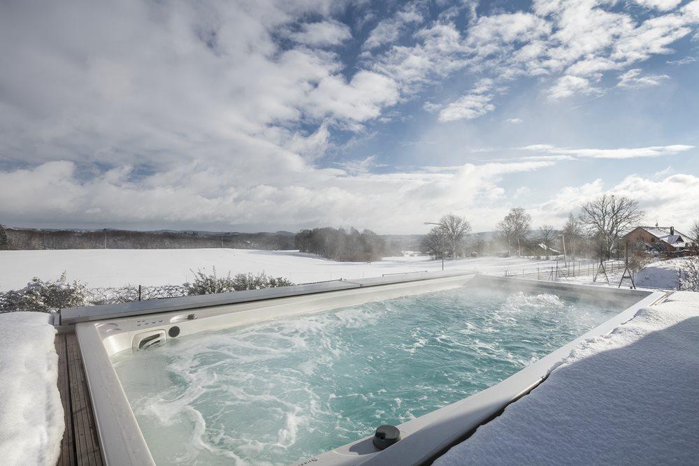 Home Spa Terrasse im Winter mit Swim Spa XL und elektrischer ACS Abdeckung